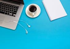 Bureau het werk ruimte - leg vlak de hoogste foto van het meningsmodel van een het werk ruimte met laptop, koffiekop en smartphon royalty-vrije stock afbeeldingen