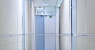 bureau intérieur d'étage vide de couloir de construction haut Images stock