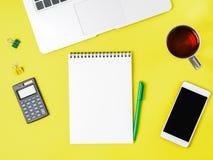 Bureau jaune lumineux créatif moderne avec l'ordinateur portable, smartpho Photos libres de droits