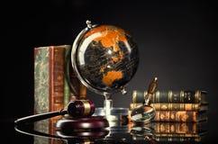 Bureau juridique Marteau du ` s de juge et livres de loi image stock