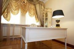 Bureau, lamp en uren Stock Foto
