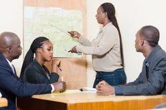 Bureau lors d'une réunion au travail La femme d'affaires fait une présentation a Image libre de droits