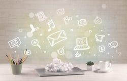 Bureau met communicatie pictogrammen Stock Afbeeldingen