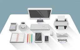 Bureau met computer in bureauruimte Stock Afbeeldingen