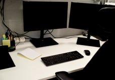 Bureau met de twee computerschermen in een open plekbureau royalty-vrije stock afbeeldingen