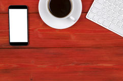 Bureau met Exemplaarruimte Digitale apparaten draadloze toetsenbord, muis en tabletcomputer met het lege scherm op rode houten li royalty-vrije stock afbeeldingen