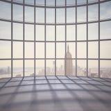 Bureau met groot venster stock fotografie