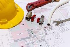 Bureau met hydraulische montage, helm en stralend vloerontwerp stock afbeelding