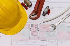 Bureau met hydraulische montage, helm en stralend vloerontwerp royalty-vrije stock fotografie