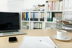 Bureau met laptop en mobiele telefoon Royalty-vrije Stock Afbeelding