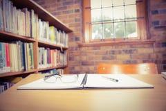 Bureau met laptop, glazen en grootboek op het stock fotografie