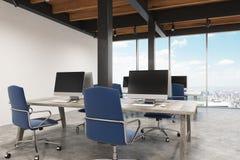 Bureau met metaalpijlers, twee computers royalty-vrije illustratie