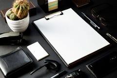 Bureau met model van administratie en adreskaartje Stock Fotografie