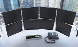 Bureau met uitgeschakelde monitors, die gegevens, handel, Si verwerken Stock Fotografie
