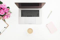 Bureau met vrouwelijke werkruimte - laptop, roze rozen, koffiemok, roze agenda op witte achtergrond Vlak leg Hoogste mening Royalty-vrije Stock Afbeelding