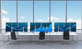 Bureau met 24 werkende monitors, die gegevens, handel, nieuw y verwerken Stock Fotografie