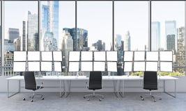 Bureau met 24 witte monitors, die gegevens, handel, nieuwe yor verwerken Royalty-vrije Stock Fotografie