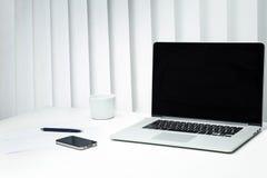 Bureau moderne avec des abat-jour derrière le bureau Image libre de droits
