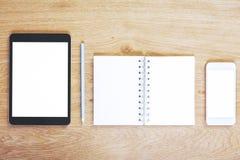Bureau moderne avec le comprimé et le smartphone vides Photographie stock libre de droits