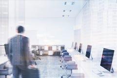Bureau moderne blanc de l'espace ouvert modifié la tonalité Photos stock