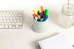 Bureau moderne de bureau avec des outils de travail créatif Image stock