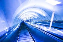 bureau moderne de mouvement d'escalator de centre Image libre de droits