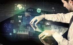 Bureau moderne interactif émouvant d'homme d'affaires avec l'ico de technologie Photographie stock