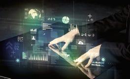 Bureau moderne interactif émouvant d'homme d'affaires avec l'ico de technologie Photos stock