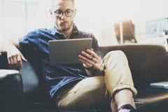 Bureau moderne travaillant de grenier de conception intérieure de tablette d'homme d'affaires élégant L'homme détendent le dispos Photographie stock libre de droits