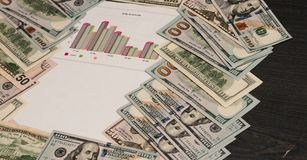 Bureau noir avec des dollars d'argent liquide ou d'argent pour écrire sur le fond Vue de la La plate supérieure Comptabilité et f Image stock