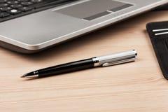 Bureau, ordinateur portable, stylo et ordre du jour fonctionnants d'homme d'affaires comme fond Image libre de droits