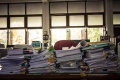 Bureau par pile de papier Image libre de droits