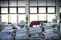 Bureau par pile de papier Photographie stock libre de droits