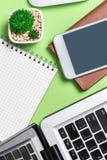 Bureau plat d'affaires de configuration, bloc-notes de grille, clavier, crayon, montre, de Images stock