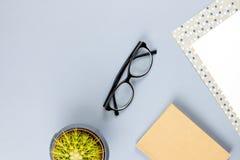 Bureau plat de siège social de configuration Espace de travail femelle avec le carnet, lunettes, tasse de thé, journal intime, us Photographie stock