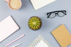 Bureau plat de siège social de configuration Espace de travail femelle avec le carnet, lunettes, tasse de thé, journal intime, us Photographie stock libre de droits