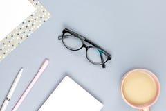 Bureau plat de siège social de configuration Espace de travail femelle avec le carnet, lunettes, tasse de thé, journal intime, us Photo stock