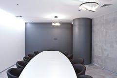 Bureau pour des réunions dans le bureau Une grande table pour des négociations au centre d'affaires Une salle pour des négociatio Photographie stock