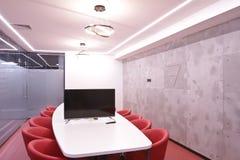 Bureau pour des réunions dans le bureau Une grande table pour des négociations au centre d'affaires Une salle pour des négociatio Photographie stock libre de droits