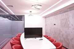 Bureau pour des réunions dans le bureau Une grande table pour des négociations au centre d'affaires Une salle pour des négociatio Photos libres de droits