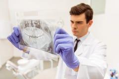 Bureau professionnel de dentiste photo stock