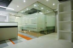 Bureau propre et lumineux images stock