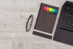 Bureau réglé : journal intime, carnet et verres Photos libres de droits