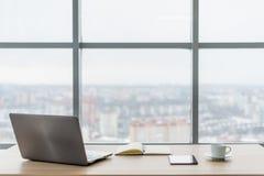 bureau Table de travail confortable, lieu de travail avec l'ordinateur portable de carnet Photo stock