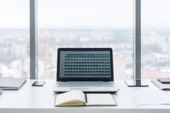 bureau Table de travail confortable, lieu de travail avec l'ordinateur portable de carnet Photos libres de droits