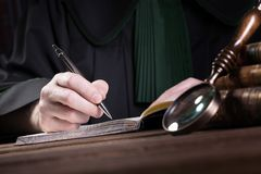 bureau van advocaten en procureur De hamer van de rechter stock afbeelding