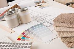 Bureau van binnenlandse ontwerper met verf royalty-vrije stock foto's