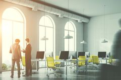 Bureau van de Minimalistic het gele stoel, zakenlieden Royalty-vrije Stock Foto