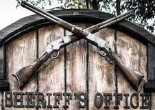 Bureau van de uithangbord het 'Sheriff met twee oude gekruiste hefboomgeweren royalty-vrije stock foto's