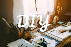 Bureau van een kunstenaar met veel kantoorbehoeftenvoorwerpen stock afbeeldingen